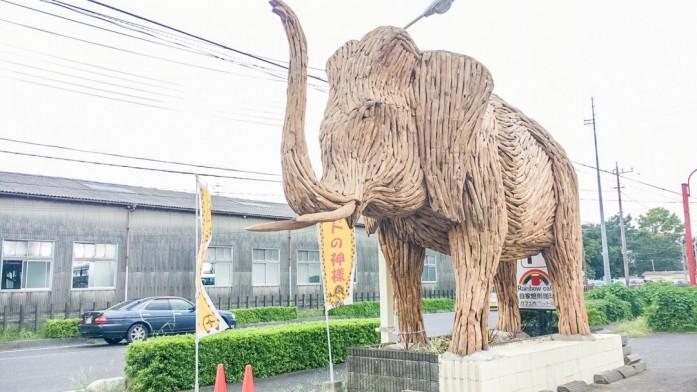 木でできた大きな象