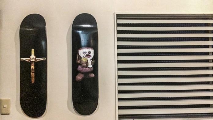 壁にかけられたスケートボード