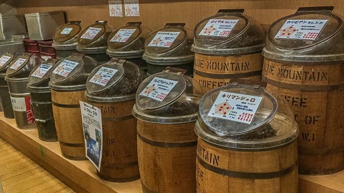 樽で並んだ珈琲豆