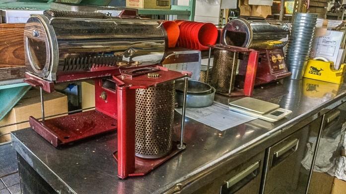 赤い小型の焙煎機