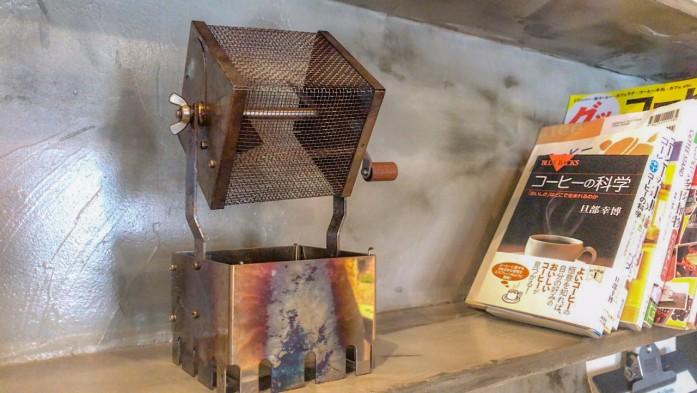 飾られた小型の焙煎機が店内の雰囲気によくマッチしている