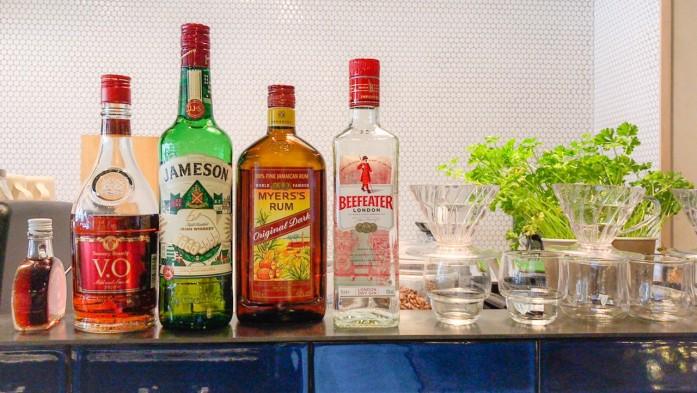 珈琲豆屋さんに置かれたアルコール類