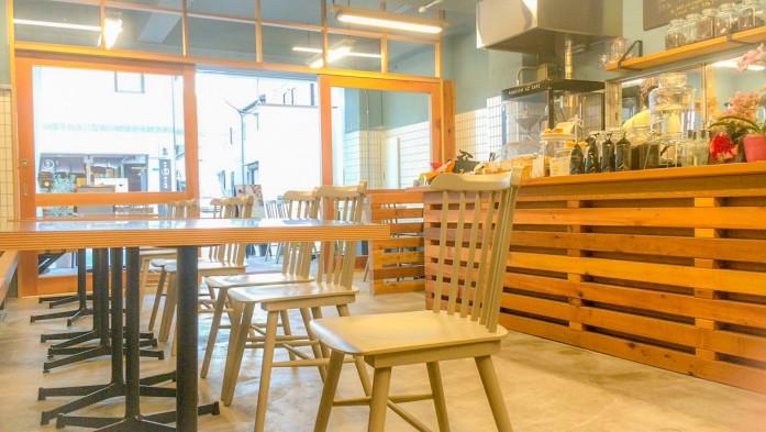 店内の風景。右奥い見えるのが焙煎機NOVO MARKII。