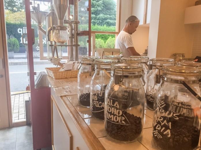 珈琲豆と焙煎機とスタッフ