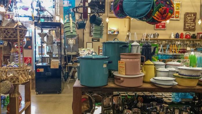 色取り取りの雑貨と焙煎機