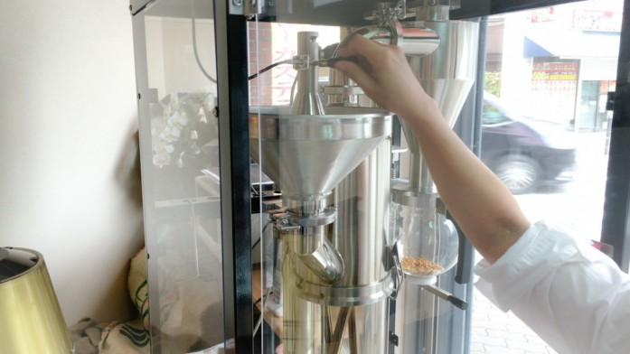 焙煎機に生豆を投入する図