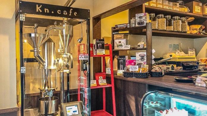 カフェ入口に置かれた焙煎機