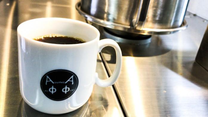 焙煎機とカップ